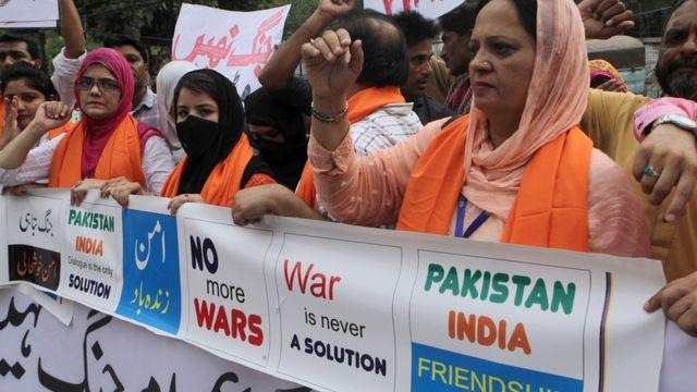 भारत-पाकिस्तान में बढ़ती तनातनी के बीच शांति के लिए बुधवार को लाहौर में प्रदर्शन करते सिविल सोसायटी के लोग.