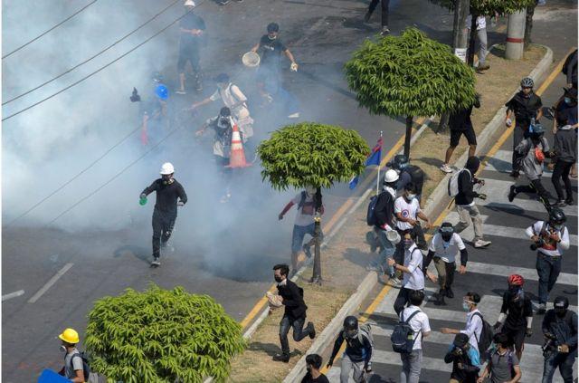 仰光民众针对军事政变的抗议活动中,示威者逃离警方释放的催泪瓦斯(2021年2月28日)。(photo:BBC)