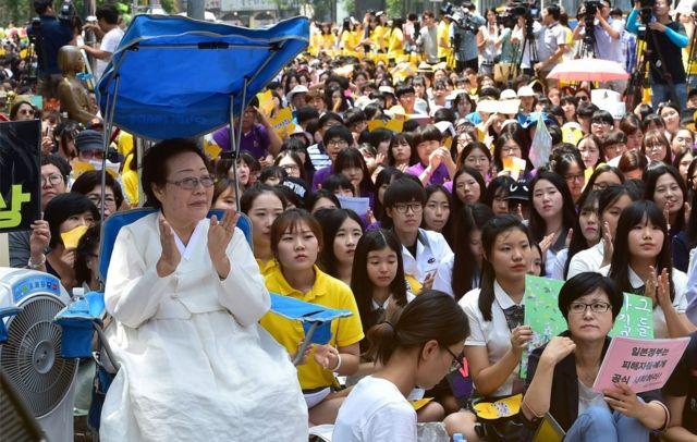 ソウルの日本大使館前で抗議活動するリー・ヨンソーさん(8月12日)