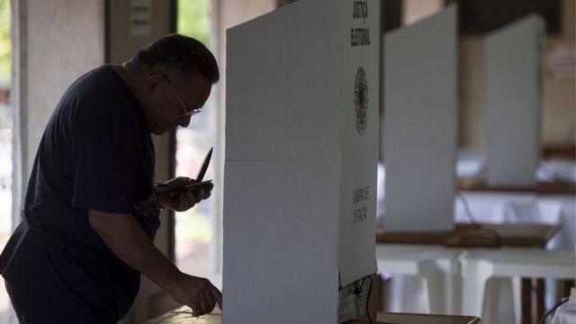 Homem votando no Brasil