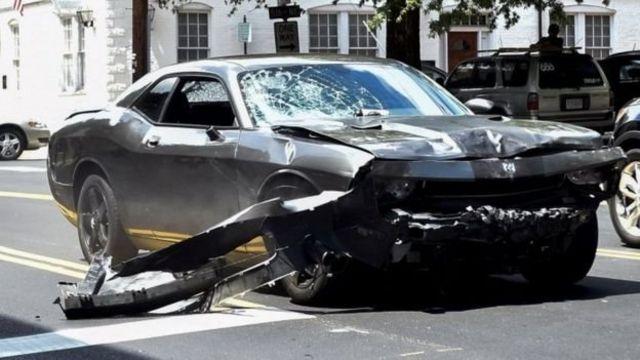 Así quedó el automóvil que atropelló a un grupo de contramanifestantes.