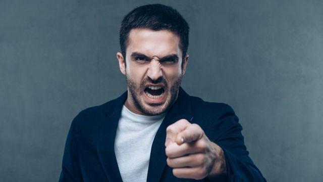 Homem raivoso aponta com o dedo