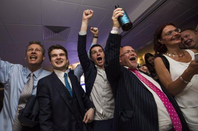 ロンドン市内で序盤の結果に歓声を上げる離脱支持者たち