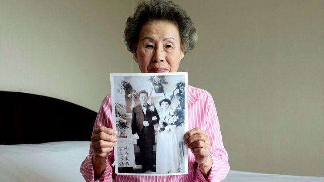 Li Čun Ja sa slikom svog venčanja