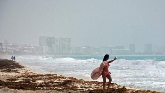 Una bañista en Cancún se toma una foto