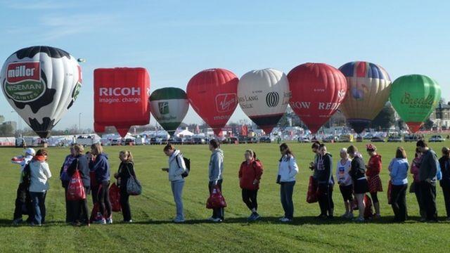 Gente esperando cerca de unos globos