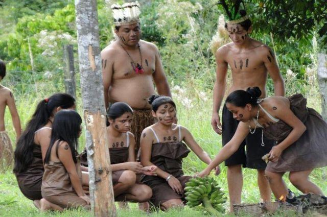 Jovens Xokleng durante apresentação sobre o primeiro contato entre indígenas e brancos.