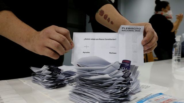 Primer plano de un voto a favor del Apruebo en el Plebiscito Nacional de Chile