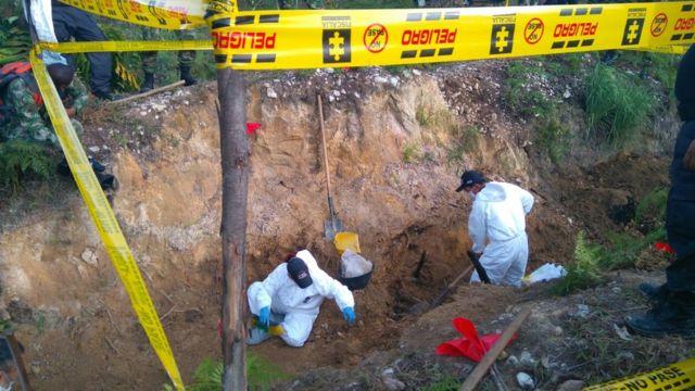 Funcionarios policiales excavan en busca de evidencias.