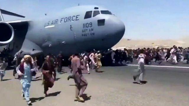 صدها نفر قصد سوار شدن و متوقف کردن این هواپیمای ترابری نیروی هوایی آمریکا را داشتند که در جریان آن بسیاری زخمی و چند نفر هم جان باختند