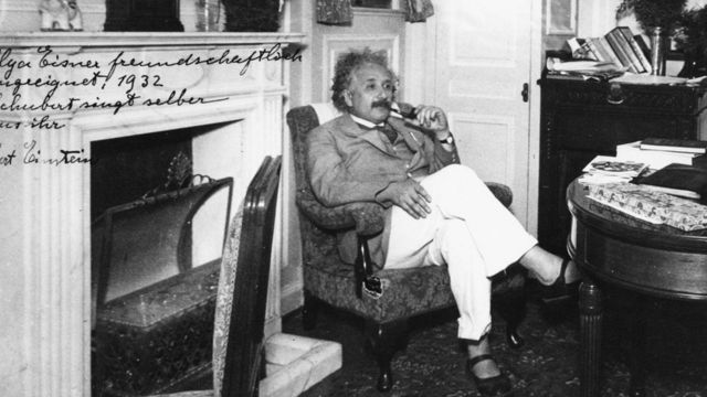 Einstein usando suas tradicionais sandálias