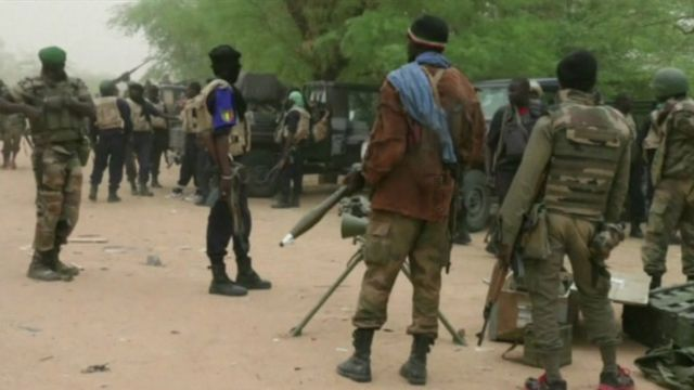 Poursuivis par des soldats de l'armée malienne, les assaillants ont pris la fuite en direction du nord de Ménaka.