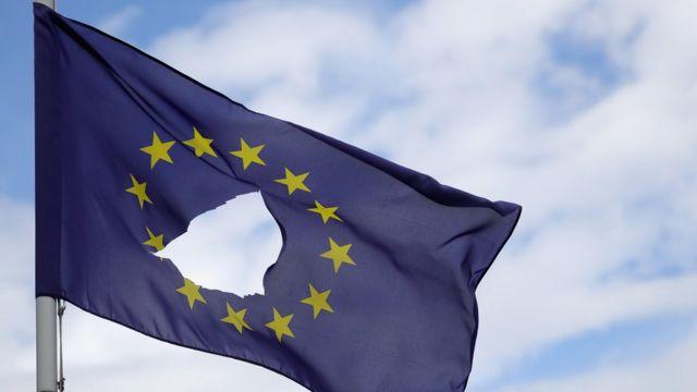 Bandeira da UE vandalizada na cidade de Knutsford Cheshire, no norte da Inglaterra