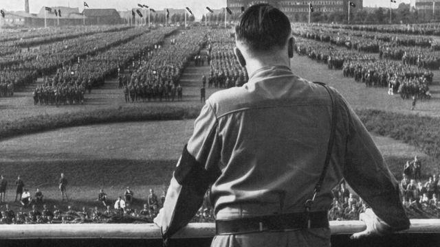 Adolf Hitler pasa revista a sus tropas en 1938.