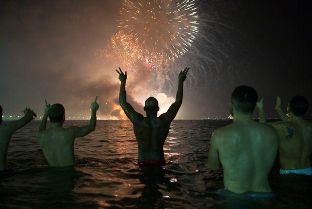 Braziliyanın Rio de Janeyro şəhərində insanlar Copacabana çimərlyinin sularından atəşfəşanlığı izləyiblər