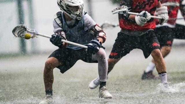 ဟောင်ကောင် Lacrosse ပြိုင်ပွဲမှာ ပြိုင်ပွဲဝင်ကစားသမားများ ရေကုန်ရေခမ်း ယှဉ်ပြိုင်နေစဉ်။