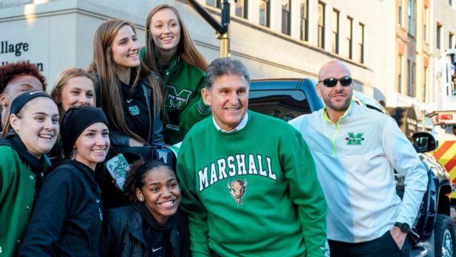 Manchin junto a un grupo de seguidores en West Virginia.