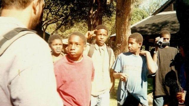 ديفون الصغير، في قميصة الأحمر، تمكن من النجاح في بيئته الجديدة في كينيا