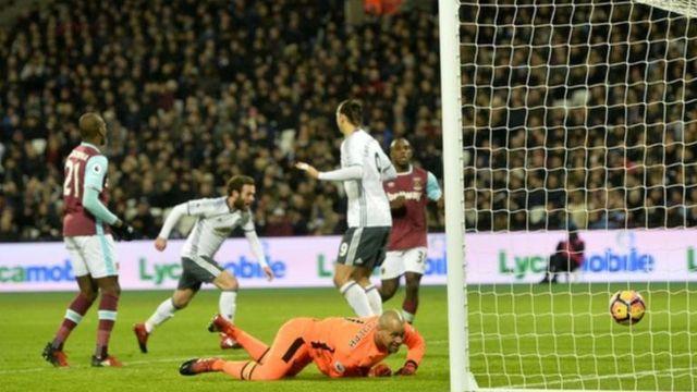 Juan Mata kenan a lokacin da ya ci West Ham kwallon farko