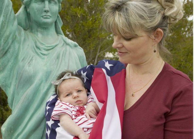 Amerikan bayrağına sarılı bebek