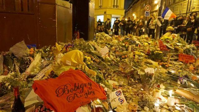 Flores de homenaje a las víctimas de los ataques de París en noviembre de 2015.