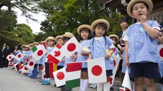 地元の幼稚園児たちがG7首脳を歓迎した(26日)