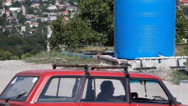 В Симферополе на улицах стоят специальные резервуары с водой