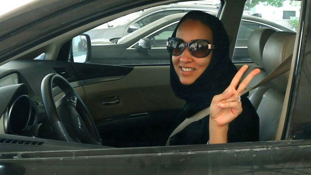 Manal Al Sharif ta daga yatsunta wanda alama ce ta samu nasara a ranar 22 Oktoba 22, 2013