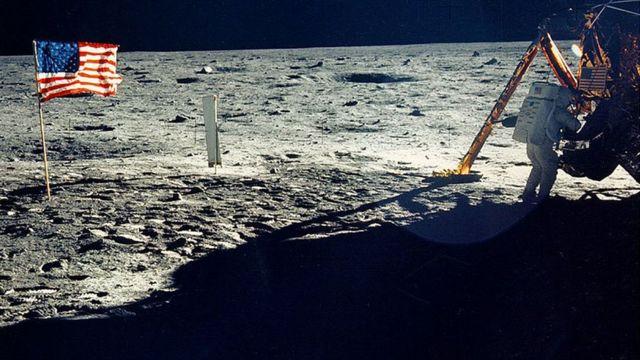 Imagen en la Luna de astronauta regresando al módulo lunar en el que se ve la sombra.