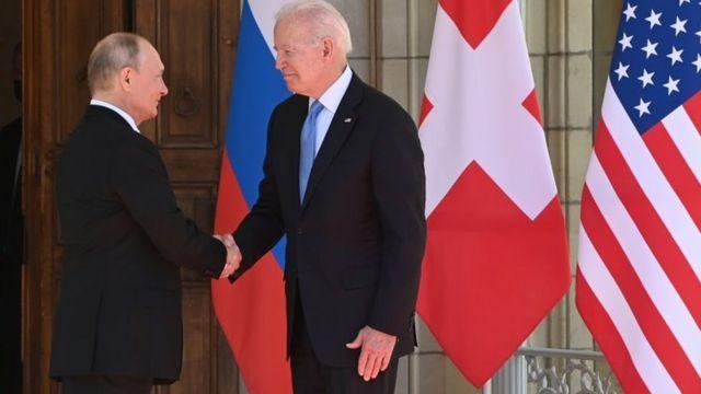 Putin e Biden se cumprimentam