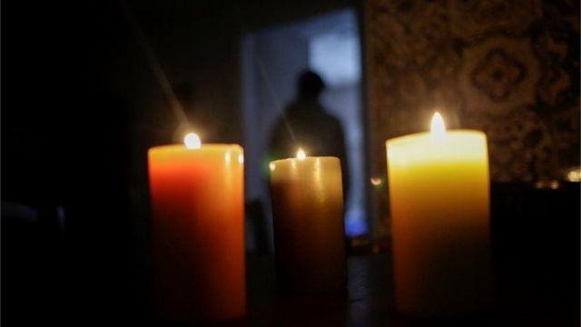 Velas en una habitación sin electricidad