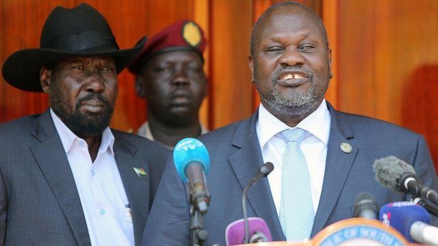 Riek Machar (dama) da shugaba Salva Kiir suna yi wa 'yan jarida bayani a Juba