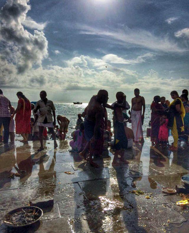 """Gente dándose """"baños sagrados"""" en Rameswaram para honrar a sus ancestros. Foto de Vidya Nair"""