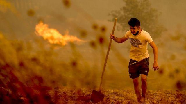 человек на фоне пожара