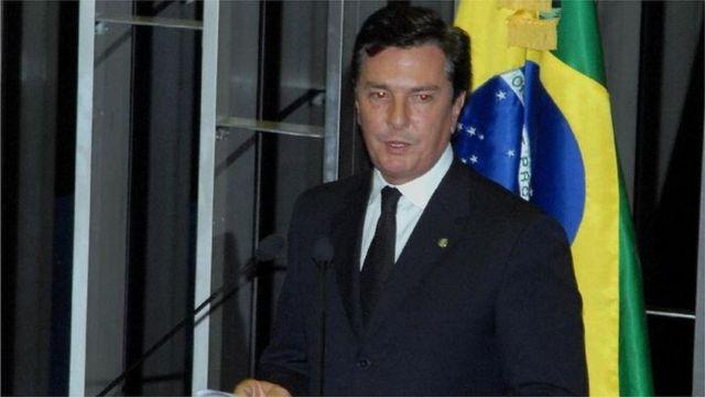 Fernando Collor discursa em plenário com a bandeira do Brasil ao fundo