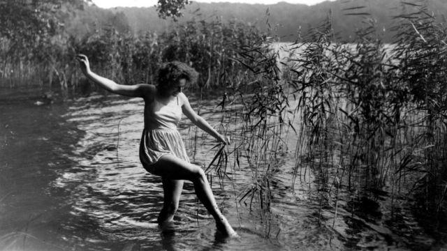 Лени Рифеншталь училась на танцовщицу, потом снялась в нескольких культовых фильмах 1920-х и 1930 годов и лишь потом стала режиссером