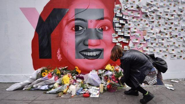 Los partidarios del Sí rindieron homenaje a Savita Halappanavar, una mujer de 31 años que murió en 2012 aparentemente como consecuencia de la negativa de los médicos a practicarle un aborto pese a las complicaciones que sufría por el embarazo.
