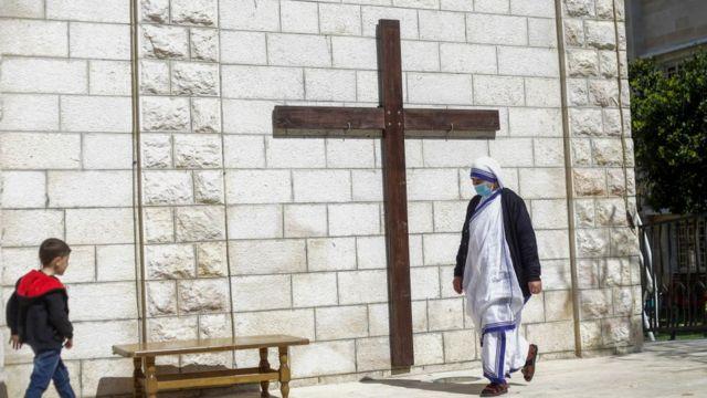 Mujer caminando por una iglesia