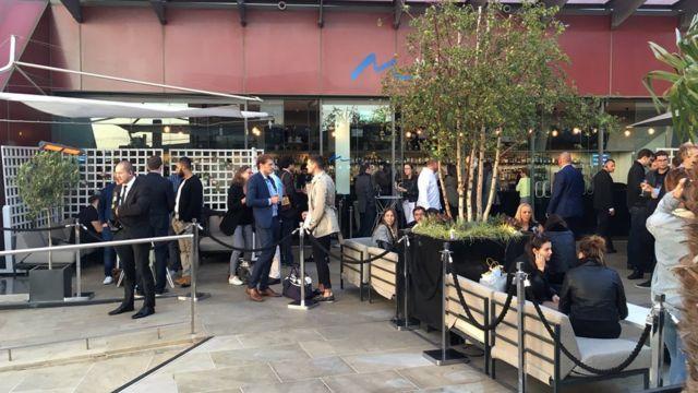 Quán bar trên tầng thượng của New One Exchange, một toà nhà thuộc khu tài chính London