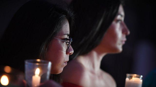 Dos mujeres inmigrantes en Estados Unidos sosteniendo unas velas