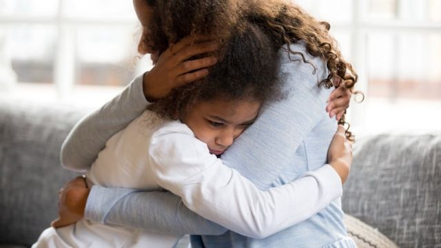 女孩與媽媽擁抱