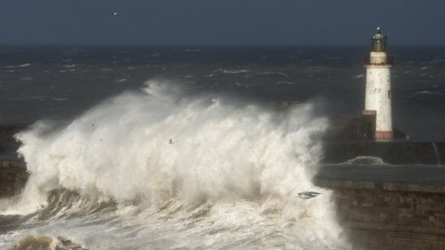 Мощные волны на северо-западе Великобритании, декабрь 2014 года.