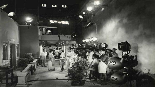 1938లో వచన్ అనే సినిమా చిత్రీకరణ జరుగుతున్న సమయంలో తీసిన ఫొటో