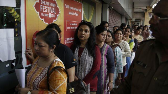 नई दिल्ली के एक बैंक के बाहर महिलाओं की भीड़