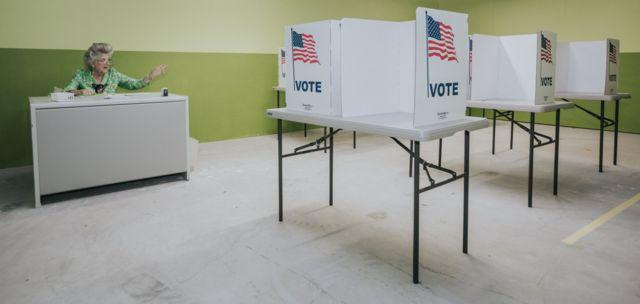 Instalación de un salón de votación.