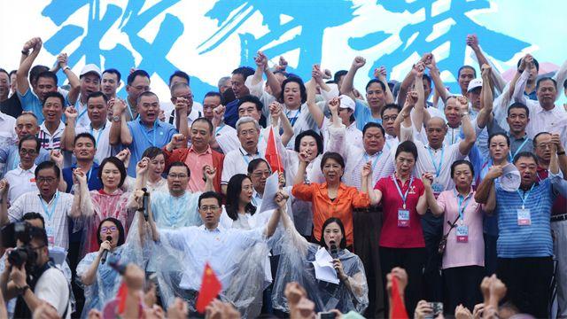親北京政治人物在香港添馬公園親政府「反暴力」集會上(新華社圖片17/8/2019)