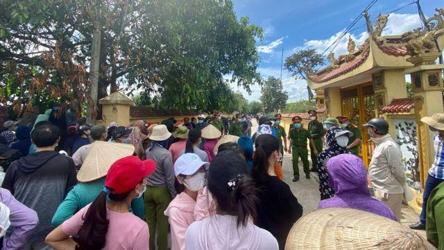 Người dân phía bên ngoài nghĩa trang tới tiễn đưa quân nhân Trần Đức Đô