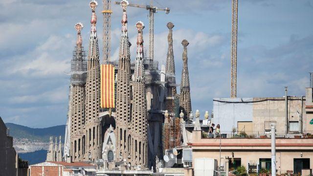 バルセロナ中心部の「サグラダ・ファミリア大聖堂」にカタルーニャ地方の象徴する旗が掲げれらた(11日)
