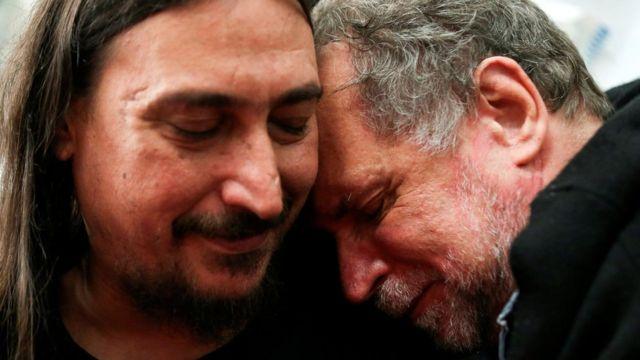 Javier Matías Darroux Mijalchuk (izquierda) abraza a su tío, Roberto Mijalchuk, quien llevaba buscándolo 40 años.