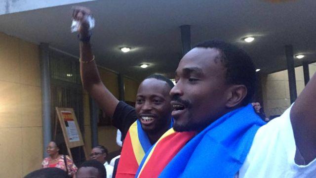 Fred Bauma, Yves Makwambala sont portés en triomphe par leurs proches, à la sortie de l'audience à la Cour suprême